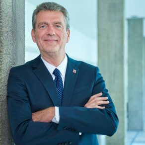 HMdF Staatssekretär Dr Worms Porträtfoto